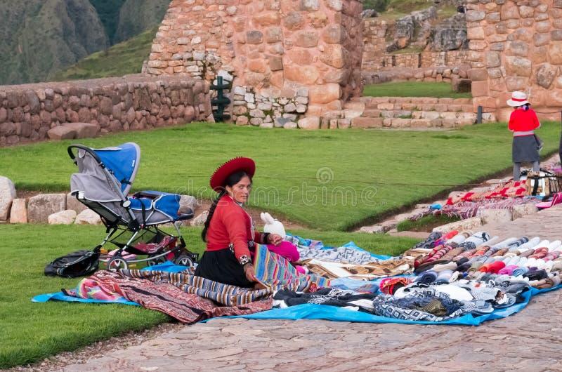 秘鲁妇女在市场, Chinchero,秘鲁上 库存图片