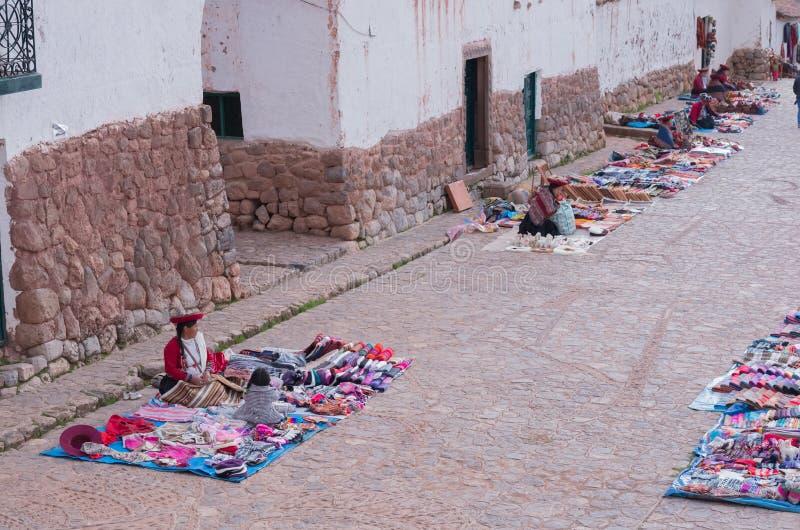 秘鲁妇女在市场, Chinchero,秘鲁上 库存照片