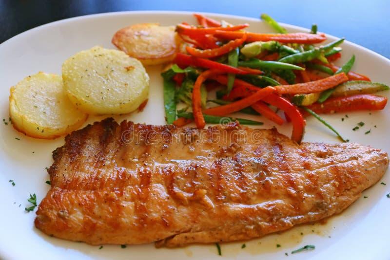 秘鲁样式与菜的烤鳟鱼板材嫩煎 免版税图库摄影