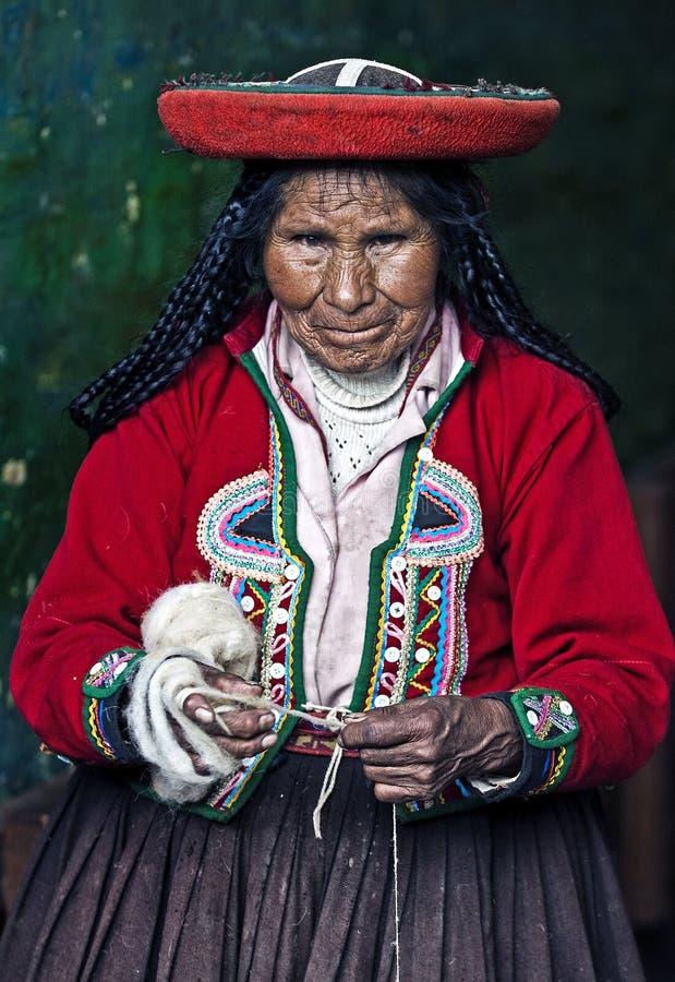 秘鲁编织的妇女 免版税图库摄影