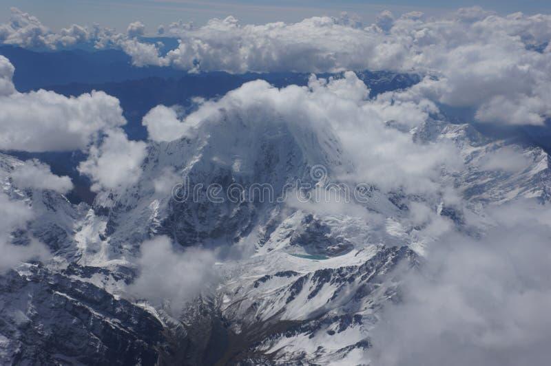 秘鲁-斯诺伊山峰和湖 库存照片