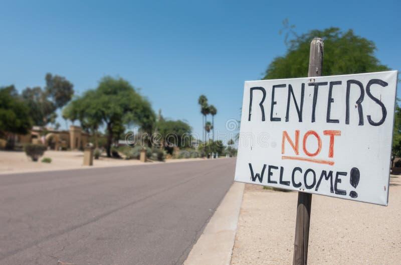 租借人不可喜的迹象在住宅街道上的概念图象 免版税库存图片
