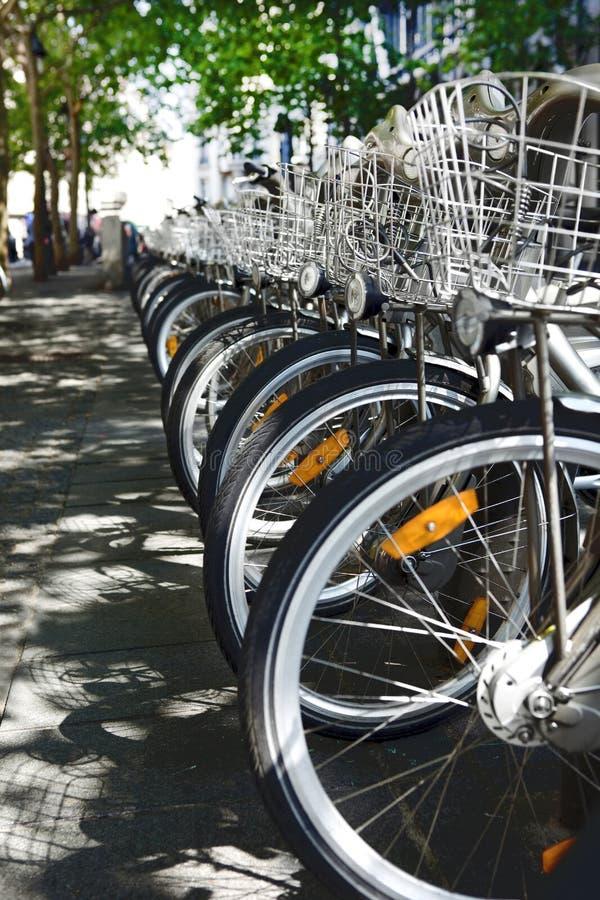 租停放的连续-选择都市运输手段的城市自行车 免版税库存照片