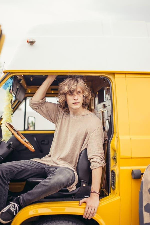 租用的汽车人坐的轮子在他的被期望的旅行期间的暑假 图库摄影