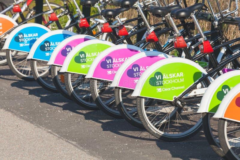 租的五颜六色的明亮的自行车,斯德哥尔摩 免版税库存照片
