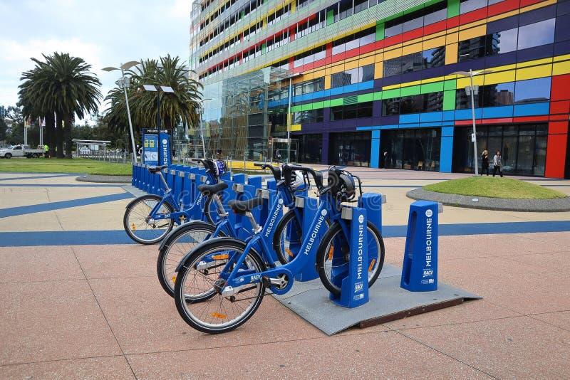 租的墨尔本市蓝色自行车 库存图片