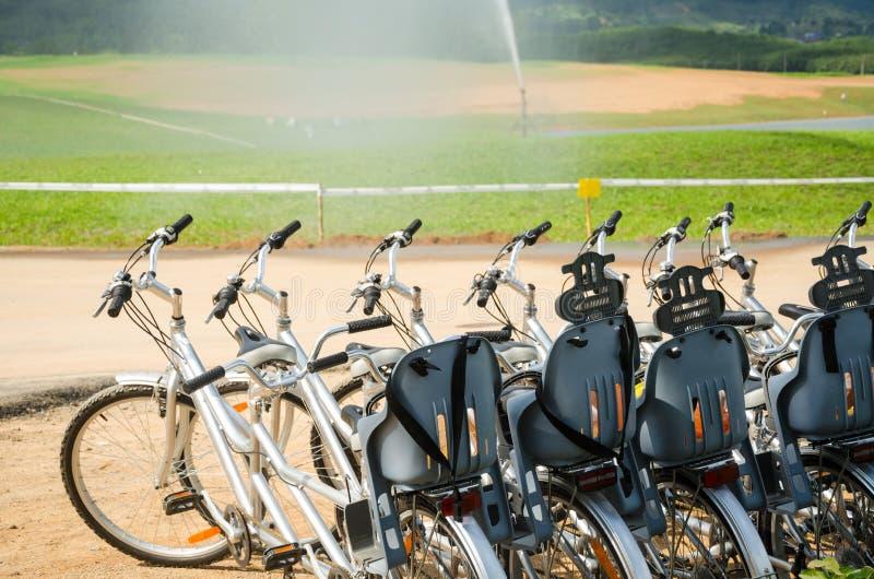 租的纵排自行车在庭院里 免版税库存照片
