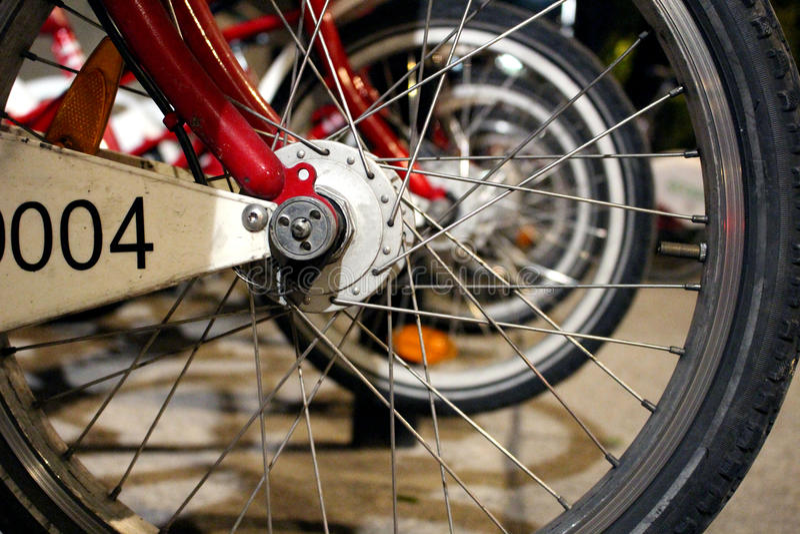 租的轮子自行车在城市 库存照片