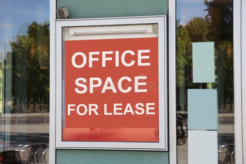 租约标志的办公室空间在门 免版税库存照片
