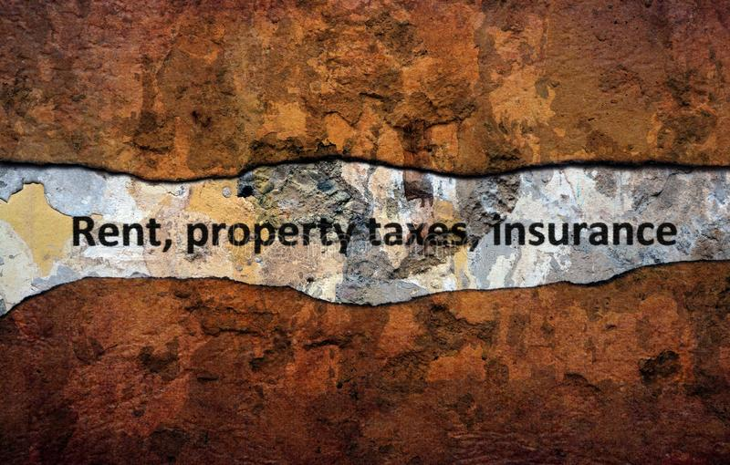 租财产税在墙壁上的保险文本 免版税库存照片
