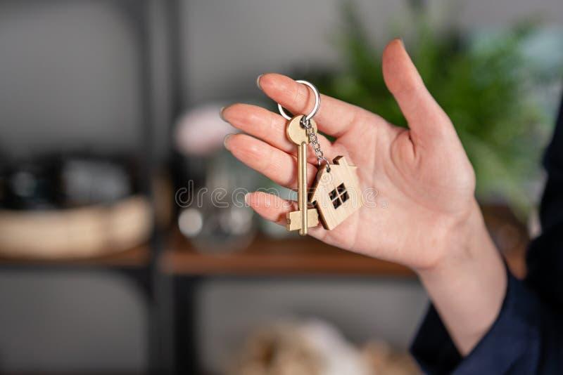 租赁公寓的概念 议院钥匙在妇女手上 r 现代轻的大厅内部 r 库存照片