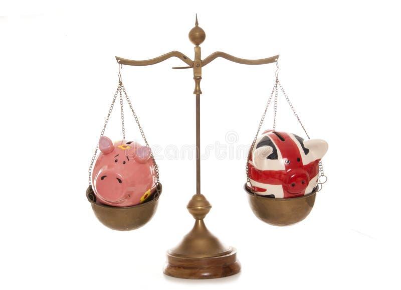 秤的两存钱罐 免版税库存图片