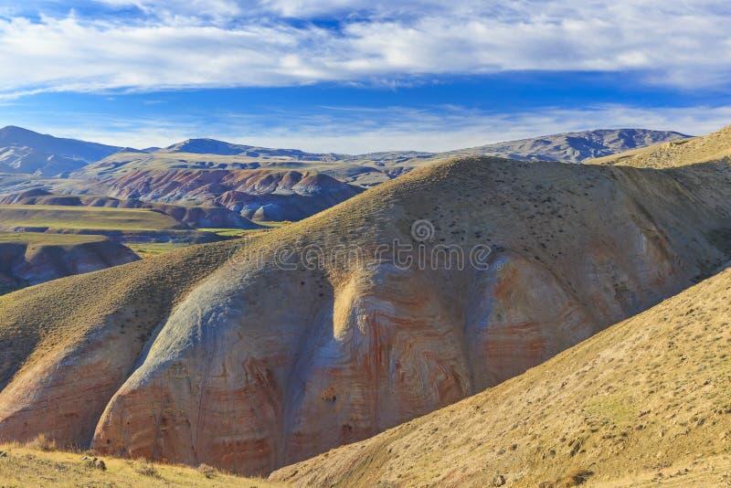 积云和红色山在Khizi 阿塞拜疆 库存照片