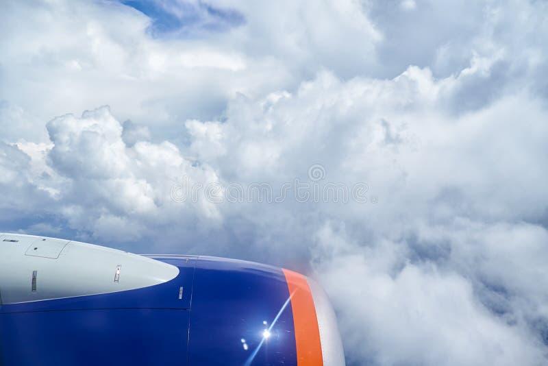 积云和飞机发动机从平原 库存图片