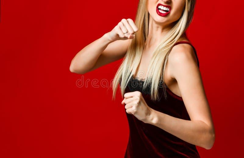 积极的妇女拳击 表示情感和感觉概念 美丽的夫妇跳舞射击工作室妇女年轻人 免版税库存图片
