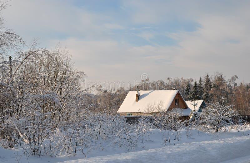 积雪的乡间别墅在俄国村庄 图库摄影