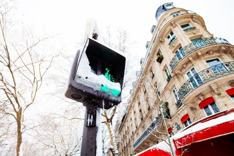 积雪的交通行人交叉路光 免版税图库摄影