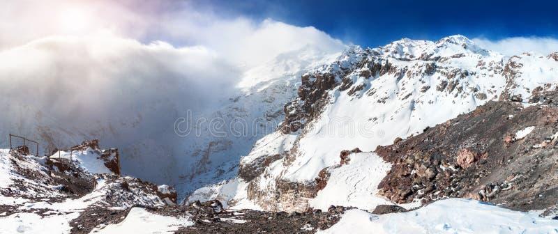 积雪的山全景 免版税库存图片