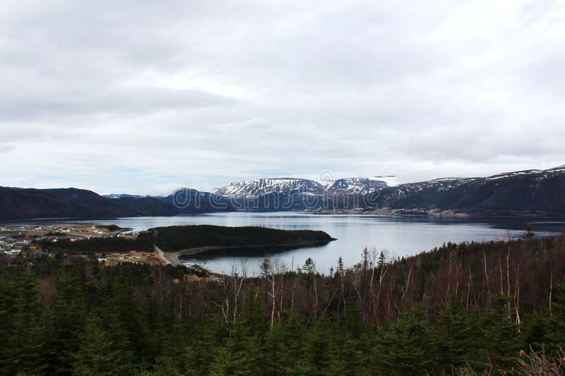 积雪的山在葛若弗斯点,纽芬兰 库存图片