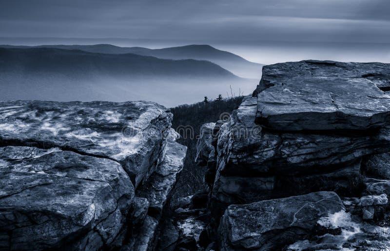 积雪的岩石和一个有雾的冬天视图从塔斯卡洛拉山在McConnellsburg,宾夕法尼亚附近 免版税图库摄影