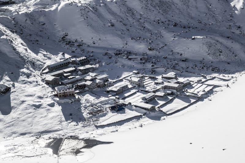 积雪的村庄在喜马拉雅山 免版税库存照片