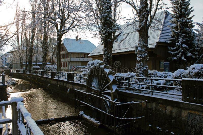 积雪的水车在利斯,瑞士的中心 库存图片