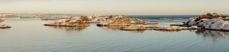积雪的海岛在海湾 免版税库存照片