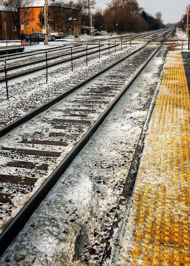 积雪的火车通过郊区交叉点跟踪通行证 免版税库存图片