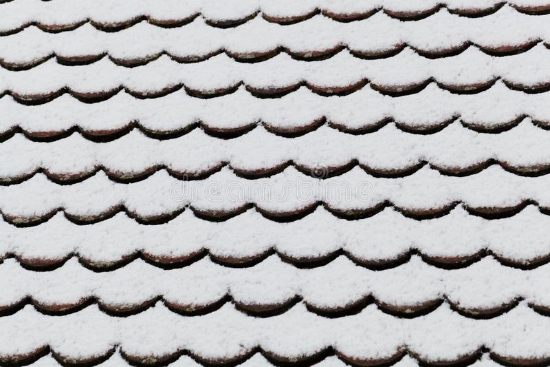 积雪的砖屋顶 库存图片