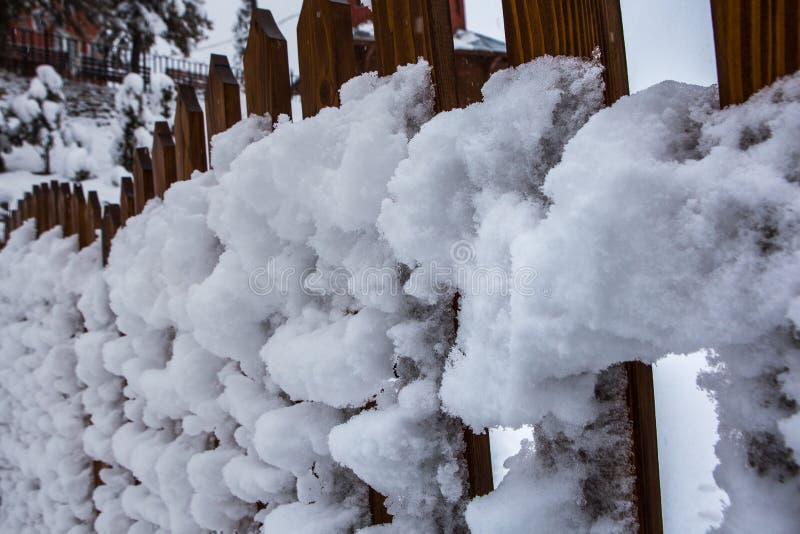 积雪的篱芭,暴风雪在喀尔巴汗,乌克兰 免版税库存图片