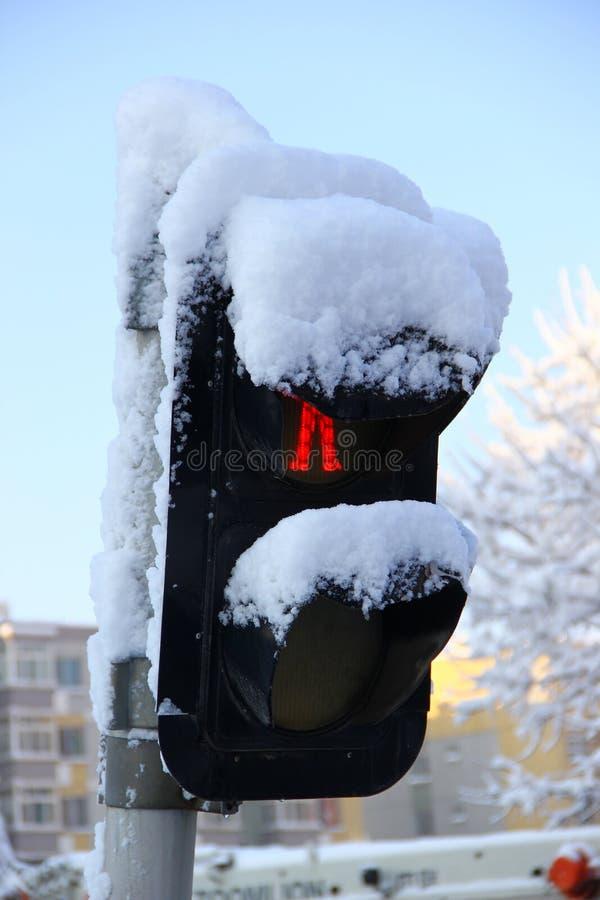 积雪的红绿灯 免版税图库摄影
