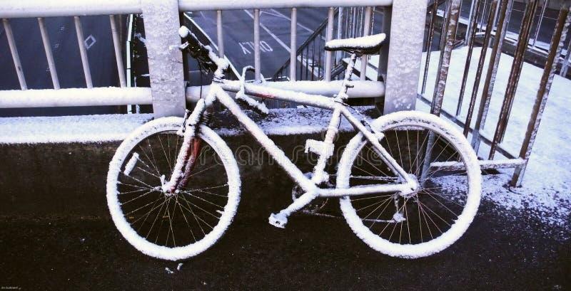 积雪的自行车 库存图片