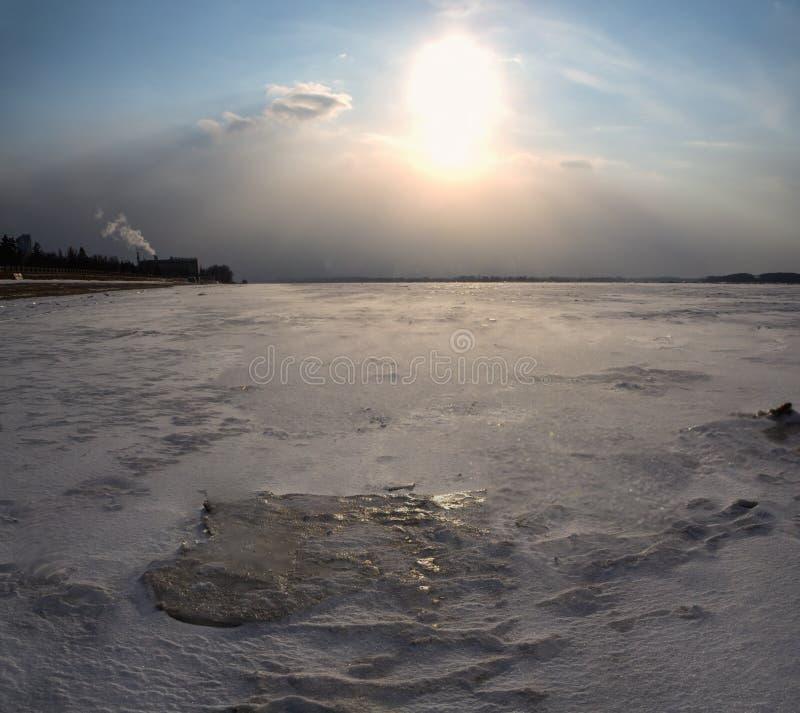 积雪的领域、树和河冬天风景在早期的有薄雾的早晨 免版税库存图片