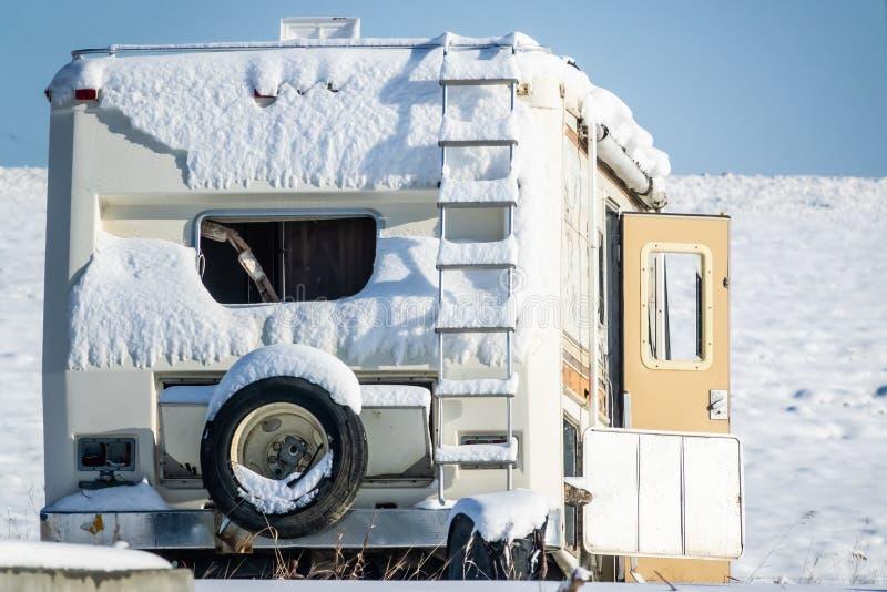 积雪的领域的被放弃的有蓬卡车活动房屋 库存照片
