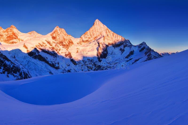 积雪的风景看法与凹痕Blanche山和Weisshorn山的在策马特附近的瑞士阿尔卑斯山脉 全景 库存照片