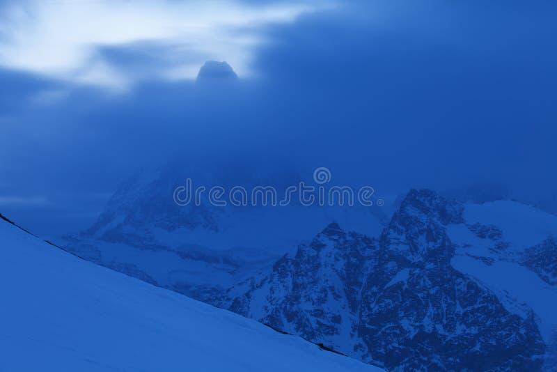 积雪的风景看法与马塔角山的在策马特附近的瑞士阿尔卑斯山脉 Weisshorn的全景和周围 库存照片