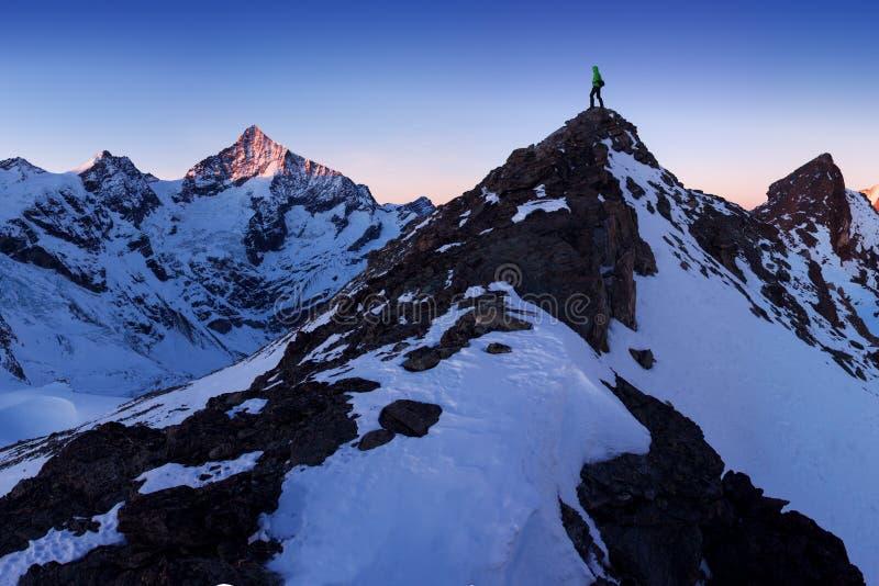 积雪的风景看法与Weisshorn山的在策马特附近的瑞士阿尔卑斯山脉 Weisshorn的全景和周围 免版税图库摄影