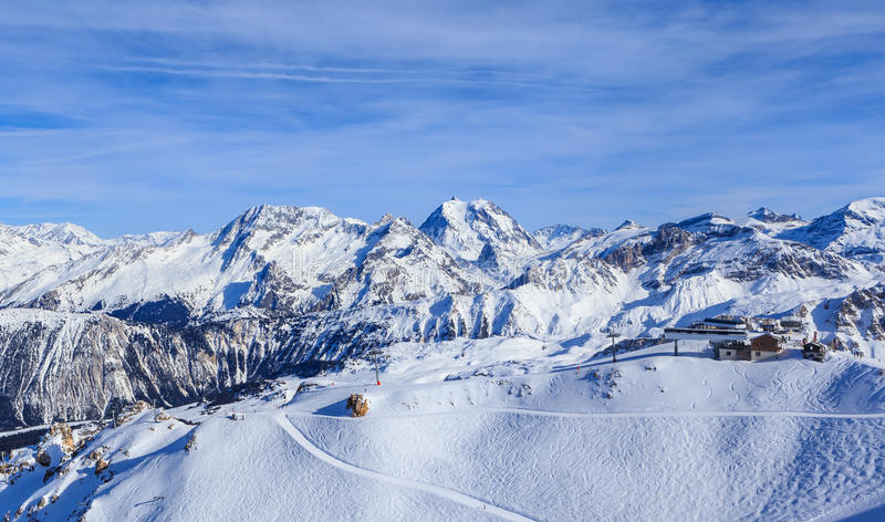 积雪的Courchevel倾斜看法在法国阿尔卑斯 库存照片