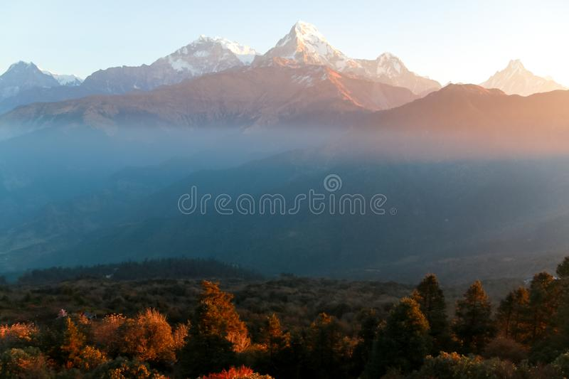积雪覆盖的喜马拉雅山在日出的尼泊尔 免版税库存图片