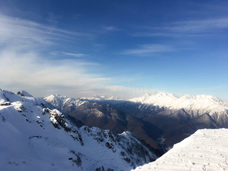积雪覆盖的白种人山,峰顶雪盖帽风景反对蓝天的 免版税库存图片