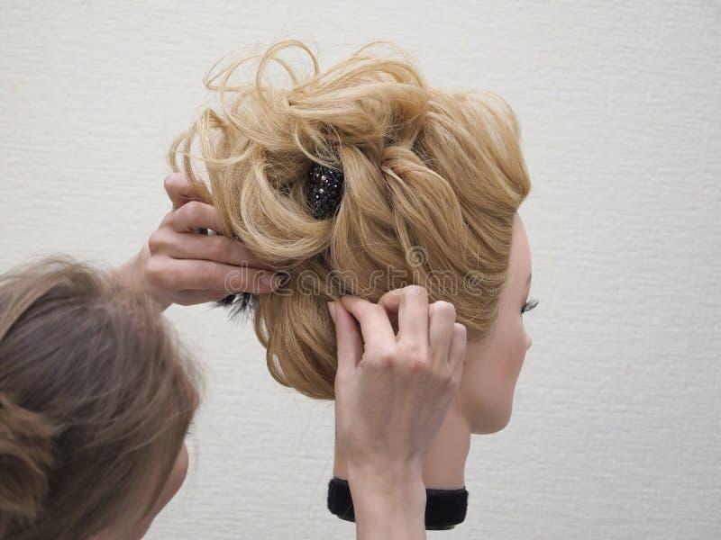 称呼在时装模特的训练头发 ?? 图库摄影