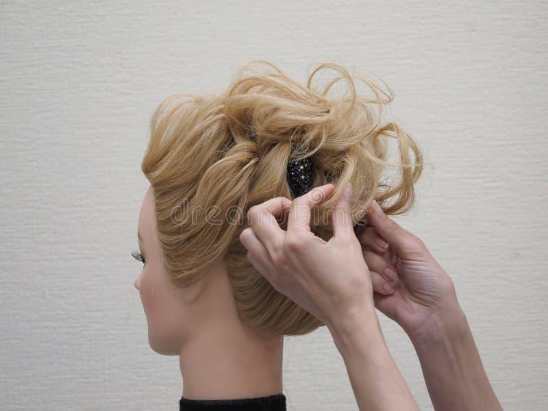 称呼在时装模特的训练头发 ?? 库存照片