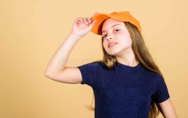 称呼她的有一个偶然盖帽的T恤杉 有长的金发佩带的盖帽的小孩子在便装样式 逗人喜爱一点时尚 免版税图库摄影