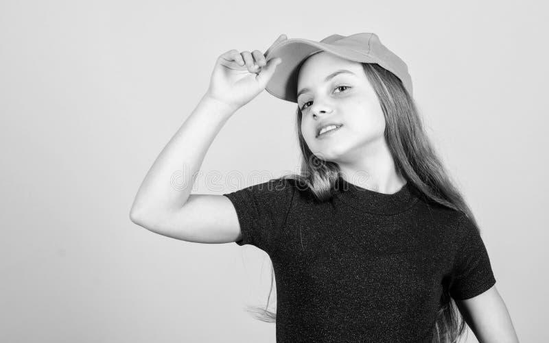 称呼她的有一个偶然盖帽的T恤杉 有长的金发佩带的盖帽的小孩子在便装样式 逗人喜爱一点时尚 库存图片