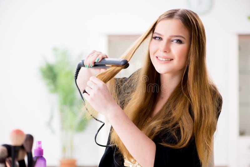 称呼她的有hairdryer的妇女头发 免版税图库摄影