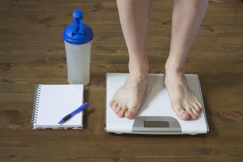 称在站立的地板上在重量前面前 库存图片
