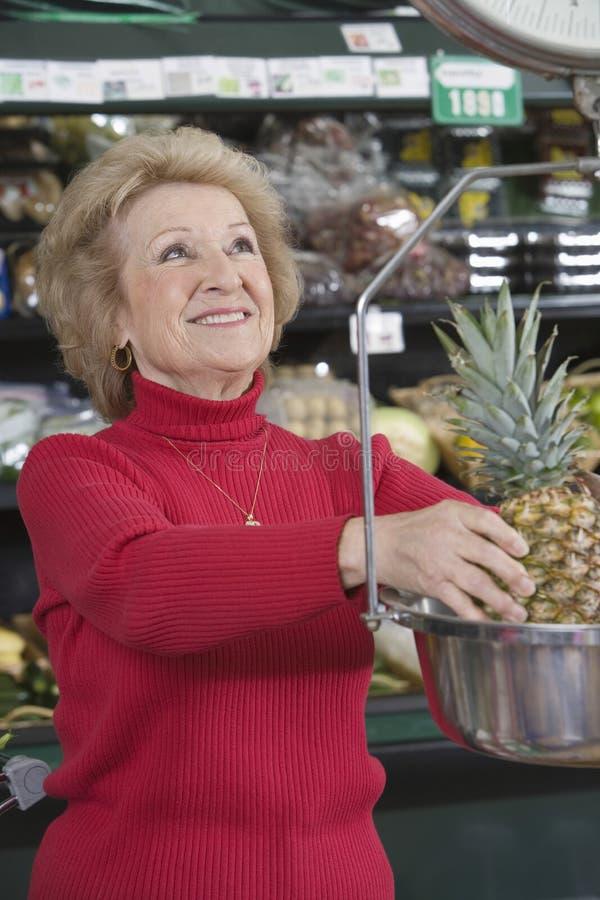 称菠萝的资深妇女 免版税库存图片