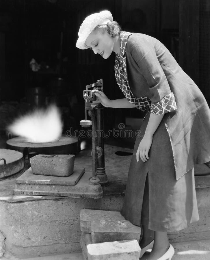 称银铸造厂外的妇女(所有人被描述不更长生存,并且庄园不存在 供应商保单那 免版税库存照片