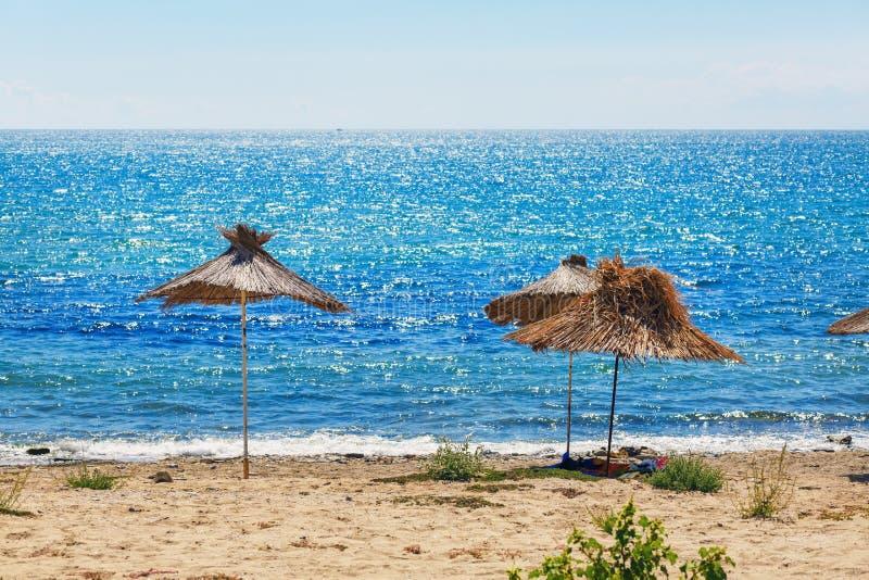 秸杆海滩遮阳伞 免版税图库摄影