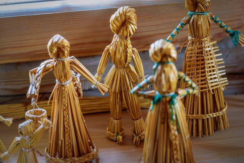 秸杆玩偶 葡萄酒儿童` s戏弄手工制造从干秸杆 库存照片